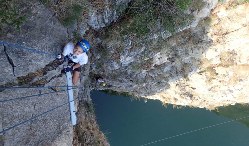enfant escaladant une falaise au-dessus du Vidourle