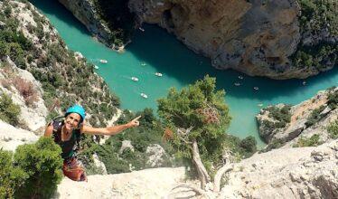 femme qui escalade une falaise des Gorges du Verdon