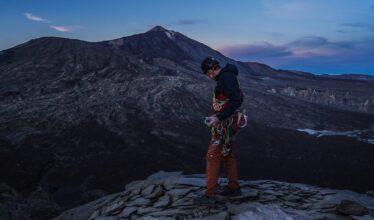 professeur d'escalade avec son équipement à Tenerife