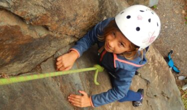 enfant apprenant l'escalade