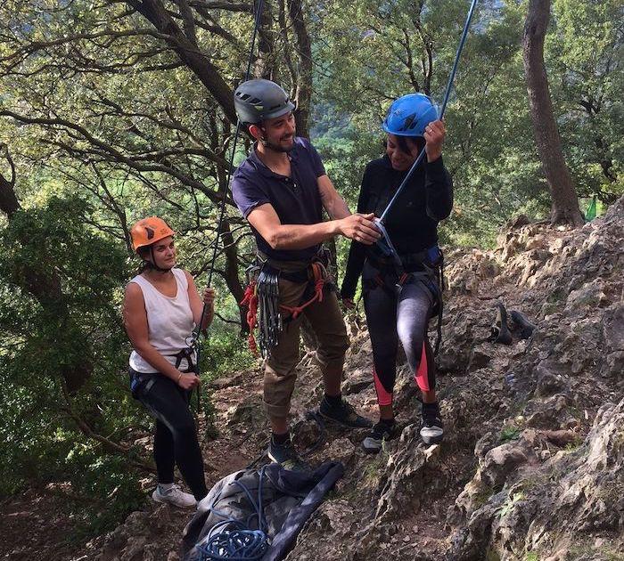 moniteur d'escalade et deux élèves