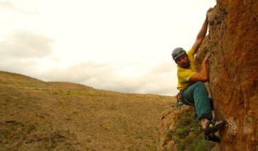 moniteur d'escalade sur une falaise à Tenerife
