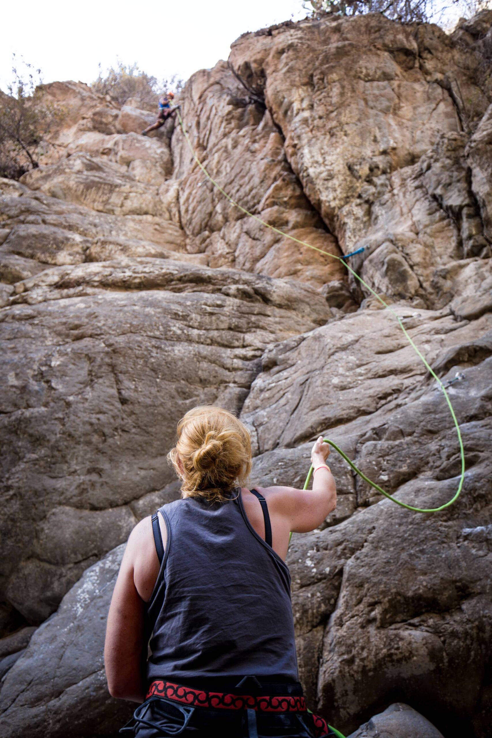 apprendre a assurer grimpeur